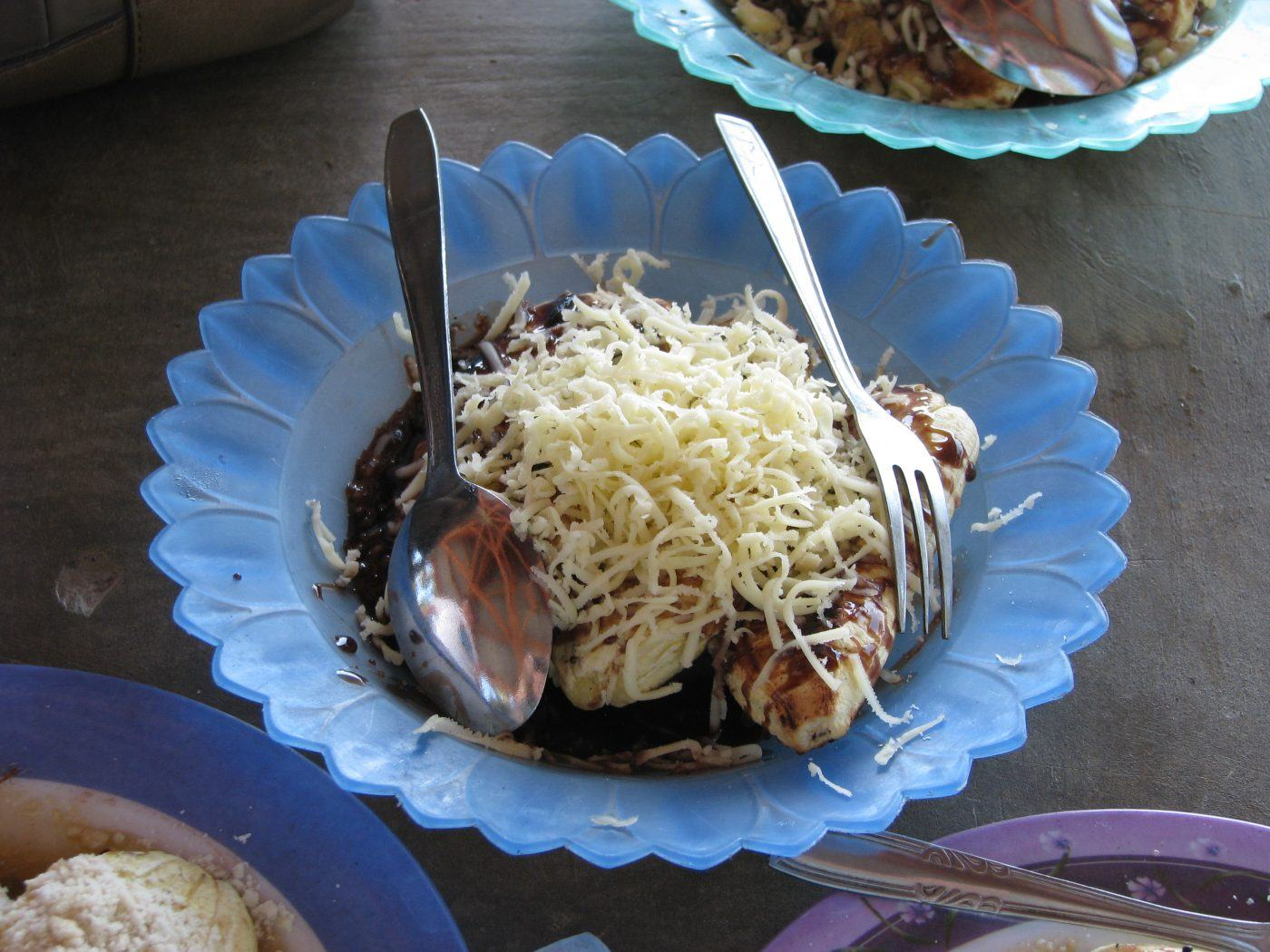 grilled bananas with chocolate and shredded white cheese